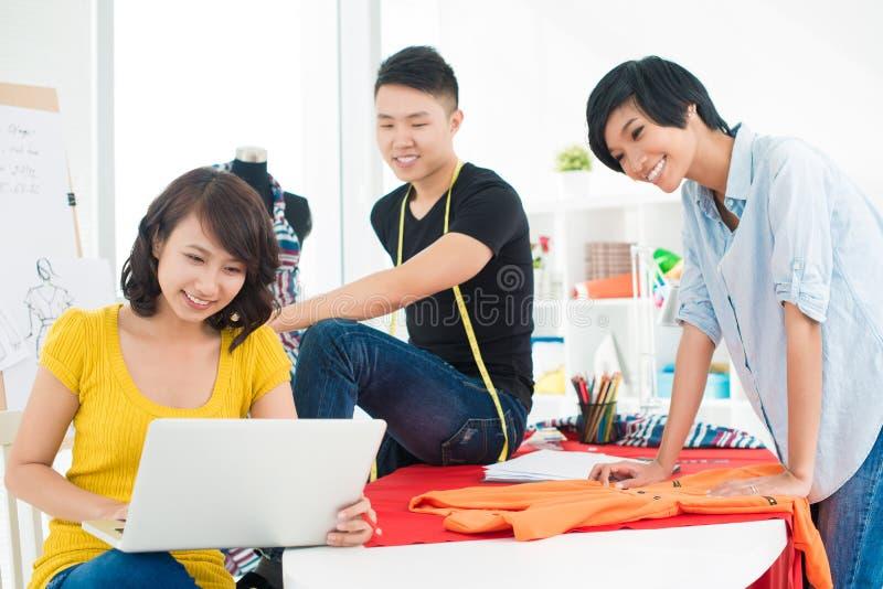 Trois jeunes créateurs photo libre de droits