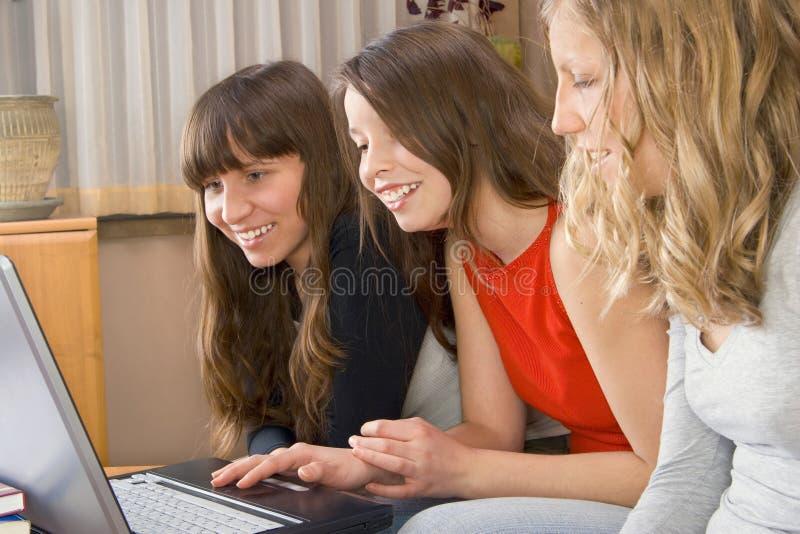 Trois jeunes femmes avec le calcul photo stock