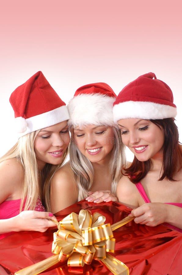 Trois jeunes filles ont une fête de Noël image libre de droits