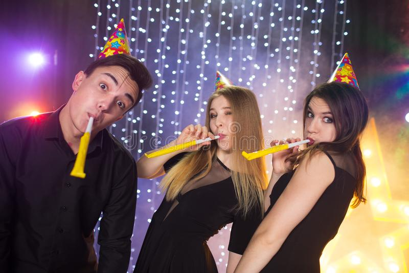 Trois jeunes hommes et deux femmes ont l'amusement dans une boîte de nuit photo libre de droits