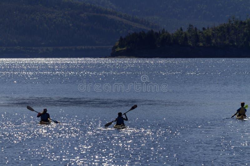 Trois kayakistes à Bonne Bay (Terre-Neuve) photographie stock libre de droits