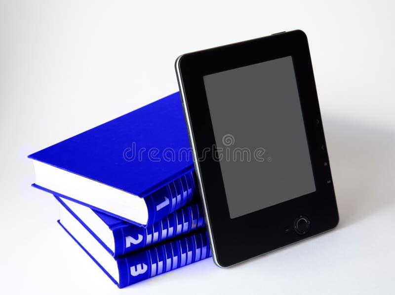 Trois livres avec le lecteur électronique photo stock