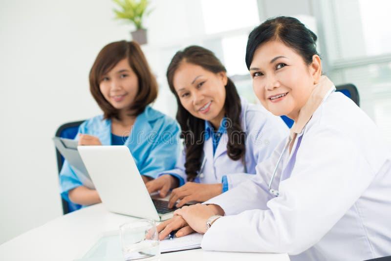 Trois médecins asiatiques photos libres de droits