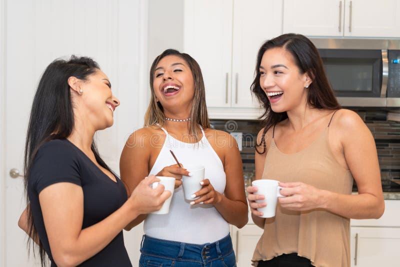 Trois mamans dans la cuisine photos libres de droits