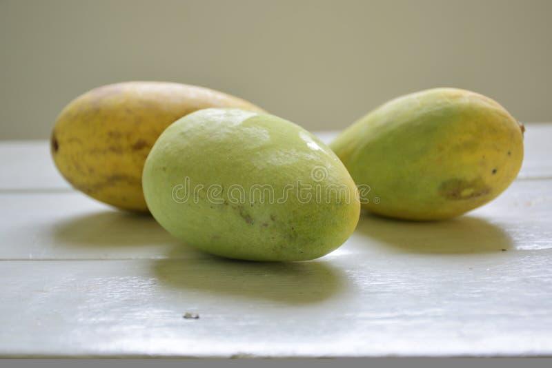 Trois mangues jaunes photo libre de droits