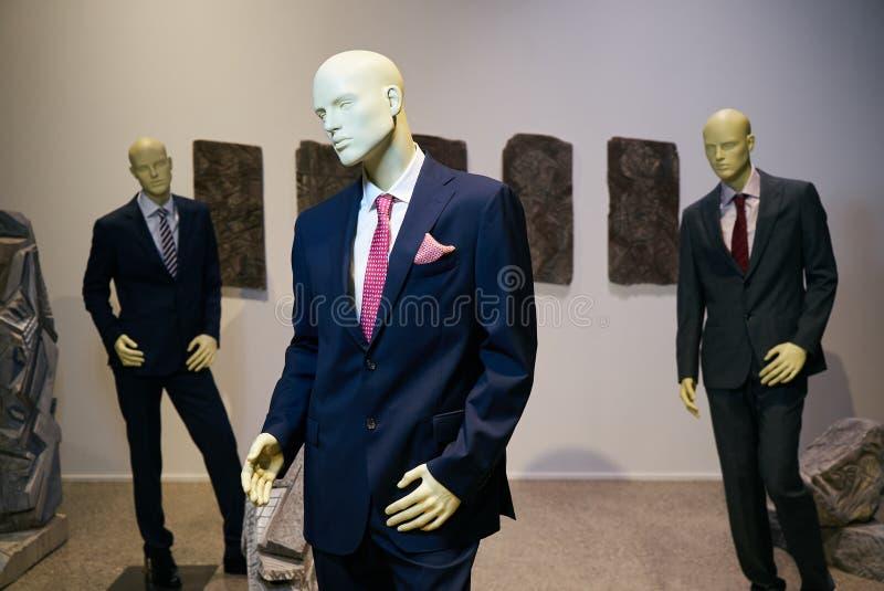 Trois mannequins masculins habillés de mode de costume photos libres de droits