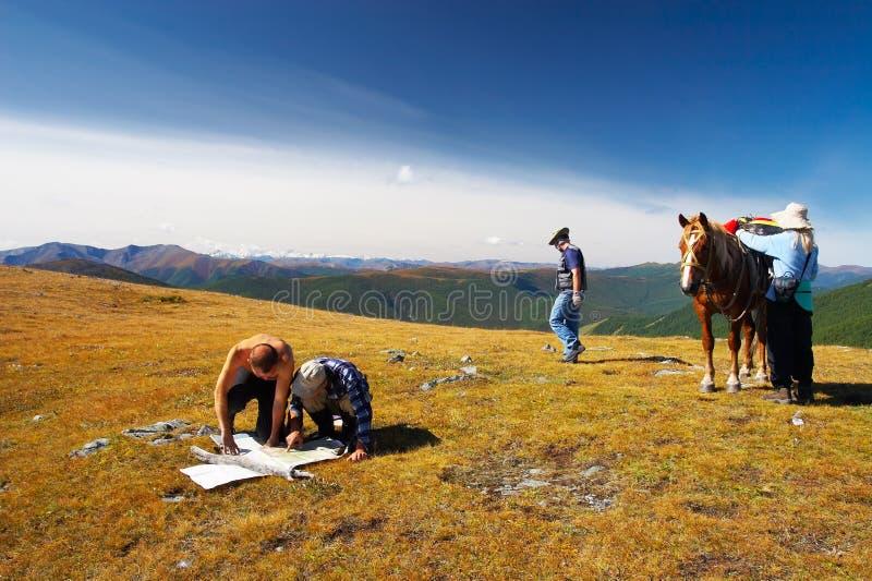 Trois mens, femmes et chevaux. image stock