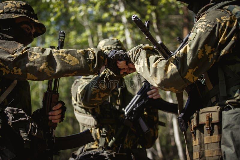 Trois militaires se serrant la main photo stock