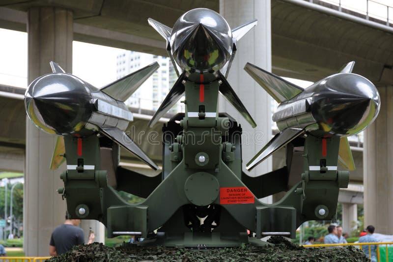 Trois missiles sol-air montés sur un lanceur images libres de droits