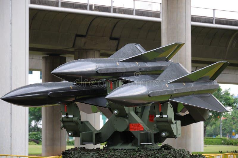 Trois missiles sol-air montés sur un lanceur image libre de droits