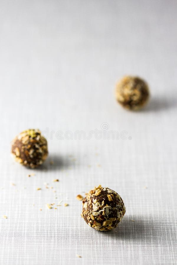 Trois morsures d'énergie de boules de truffe images stock