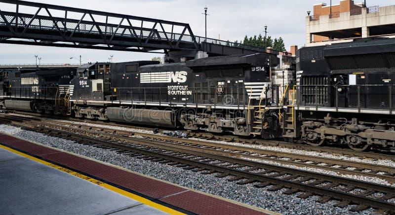 Trois moteurs de chemin de fer tirant les autorails longs de mille image stock