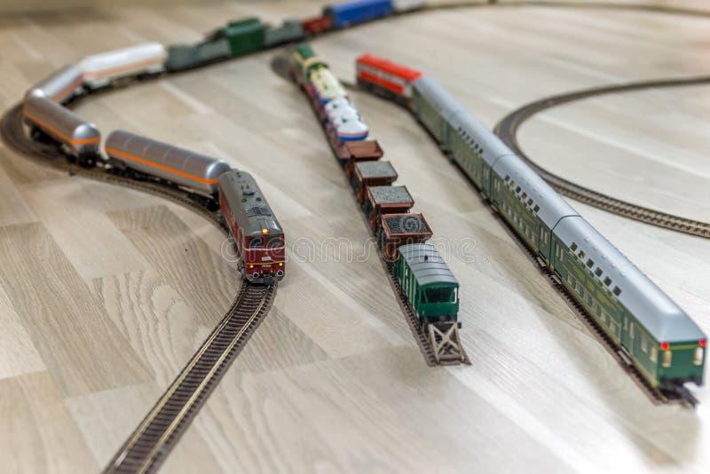Trois moteurs diesel modèles sur le plancher en bois léger photos stock