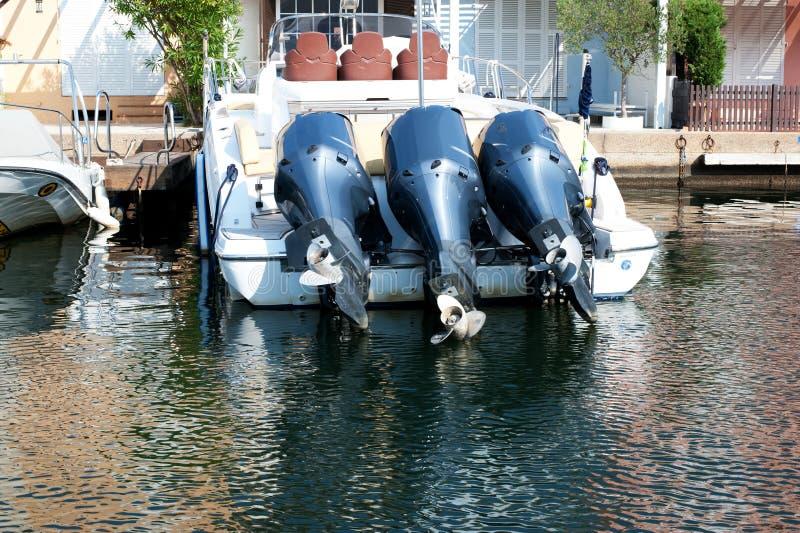 Trois moteurs pour le bateau photographie stock