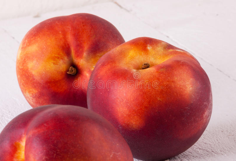 Trois nectarines juteuses mûres fraîches savoureuses image stock