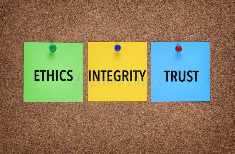Trois notes sur le corkboard avec l'intégrité de mots, confiance, éthique image stock