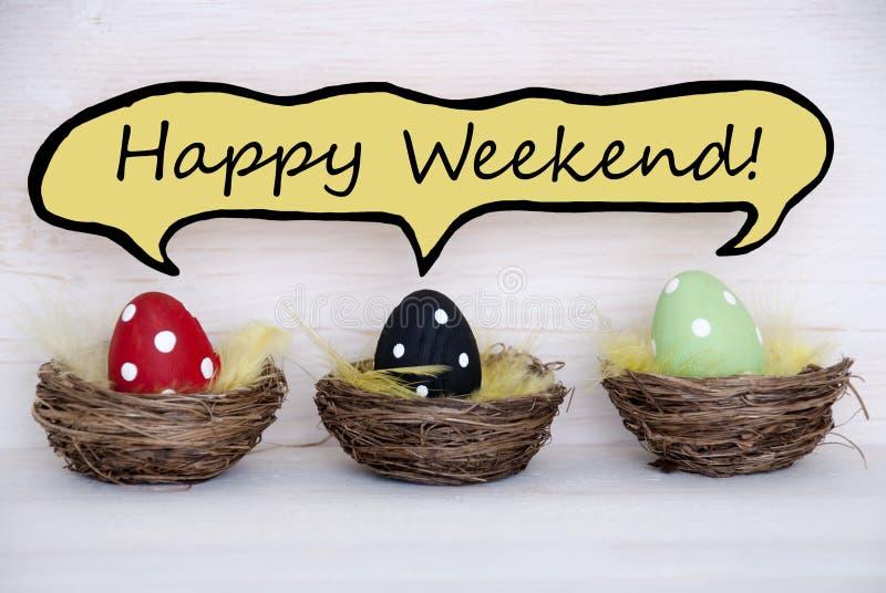 Trois oeufs de pâques colorés avec le ballon comique de la parole avec le week-end heureux images stock