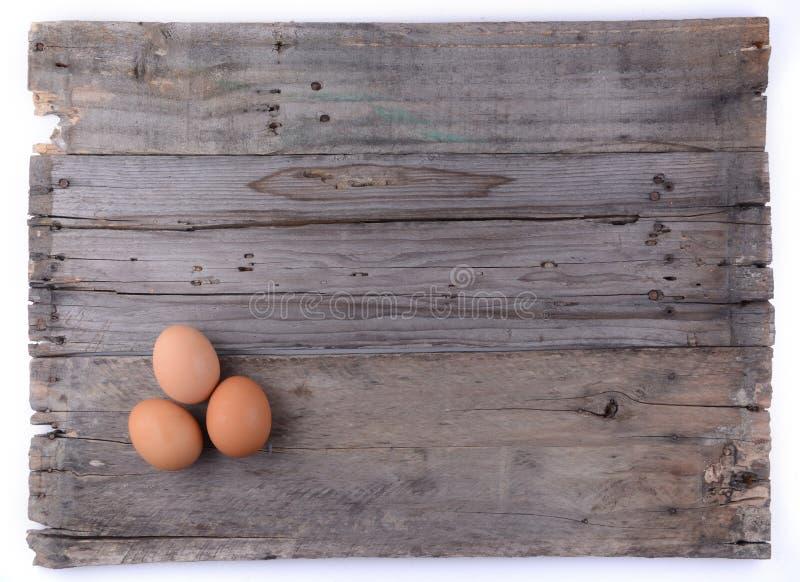 Trois oeufs sur le fond en bois photographie stock