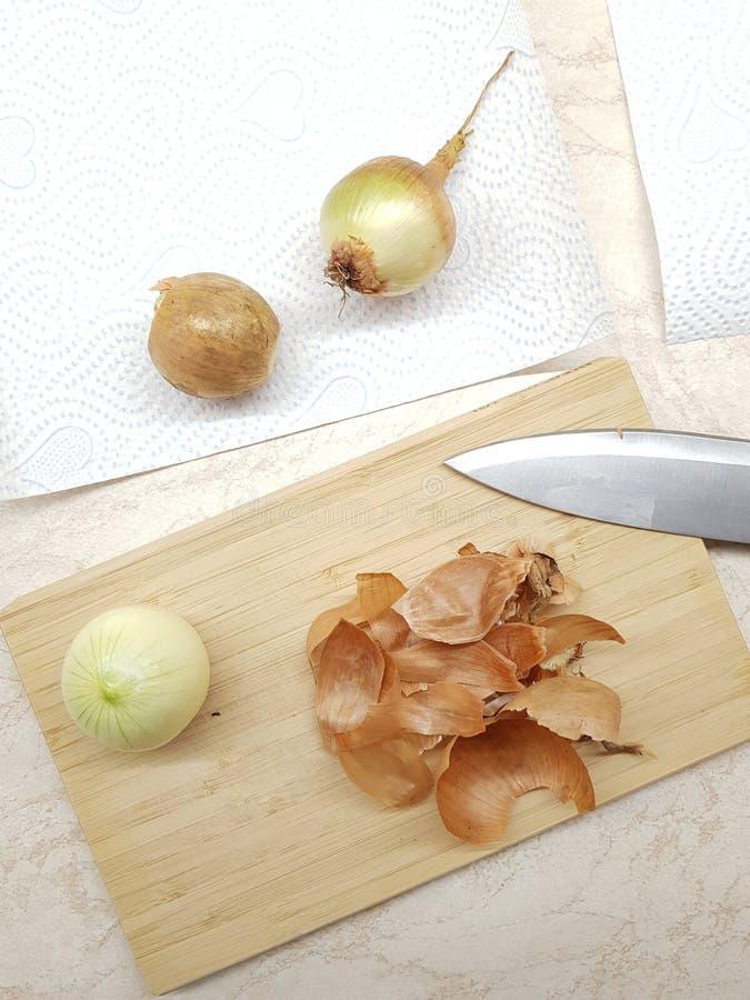 Trois oignons épluchés photographie stock