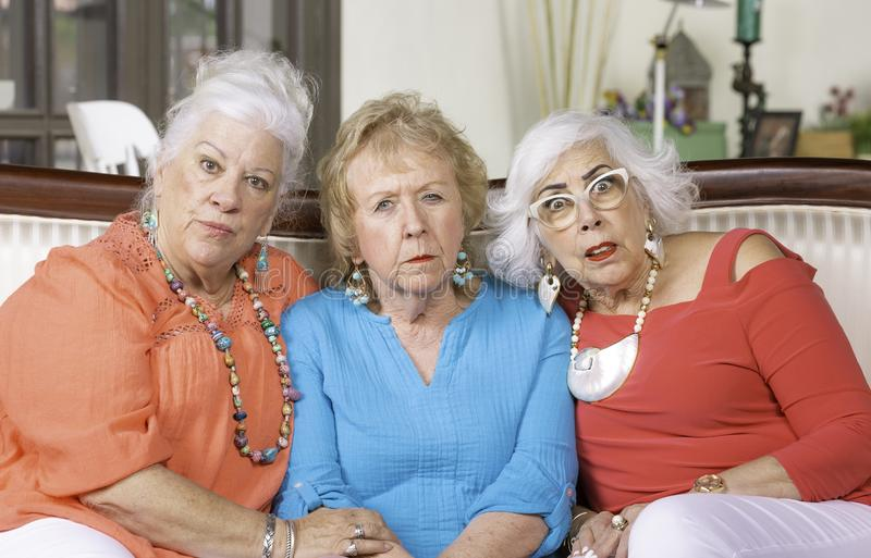 Trois ont choqué les dames supérieures sur un divan images libres de droits