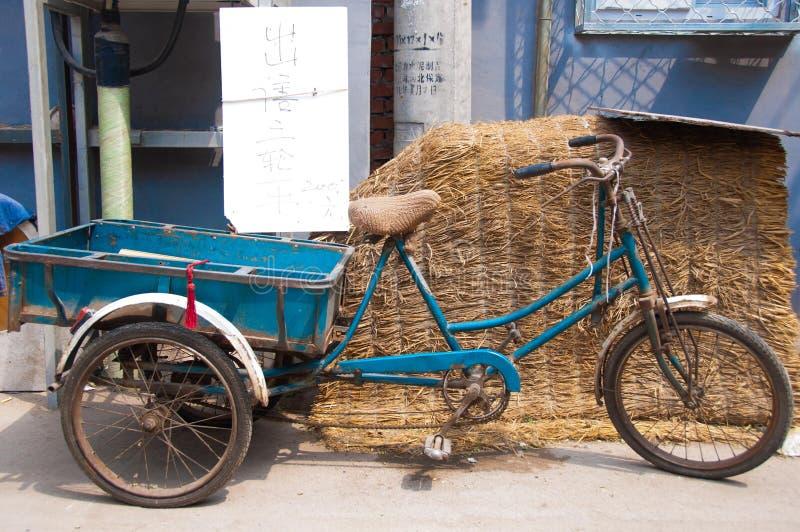 Trois ont roulé le vélo à vendre dans une allée dans Pékin. image libre de droits