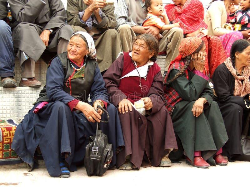 Trois ont vieilli les pèlerins tibétains de femmes se reposant dans Leh, Inde photo stock
