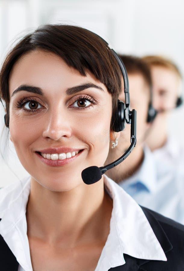 Trois opérateurs de service de centre d'appels au travail photos stock
