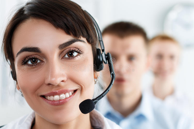 Trois opérateurs de service de centre d'appels au travail photo libre de droits
