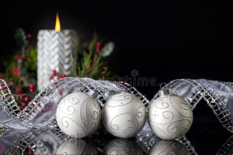 Trois ornements argentés de Noël photographie stock