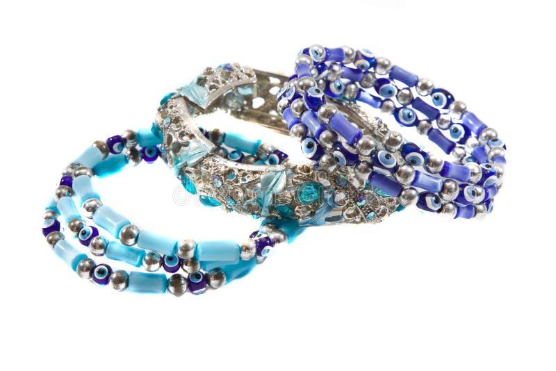 Trois ornements femelles, bracelets photographie stock