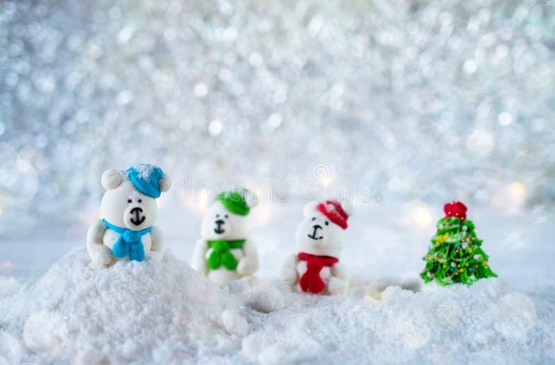 Trois ours de sucrerie de sucre dans la neige sur le fond de bokeh avec l'espace de copie pendant Noël ou la bonne année de salut photos stock