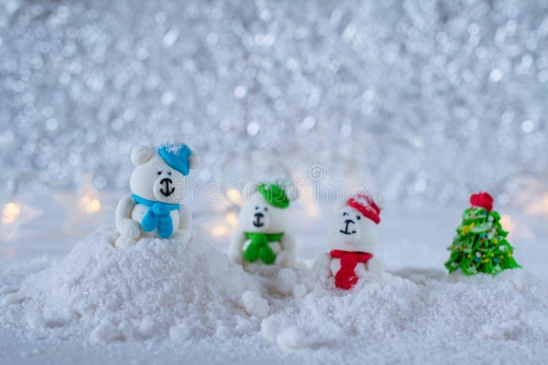 Trois ours de sucrerie de sucre jouant dans la neige photographie stock libre de droits