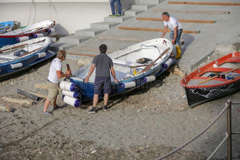 Trois pêcheurs de personnes effectuent le bateau, vernazza, Cinque Terre, Ligurie, Italie photo stock