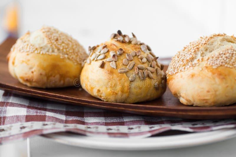 Trois pains avec des graines image libre de droits