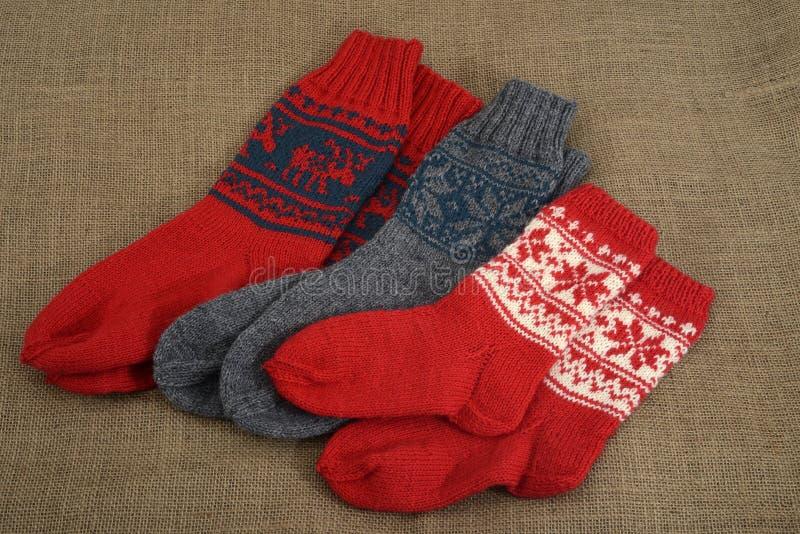 Trois paires de chaussettes de laine traditionnelles sur une toile de jute photographie stock libre de droits