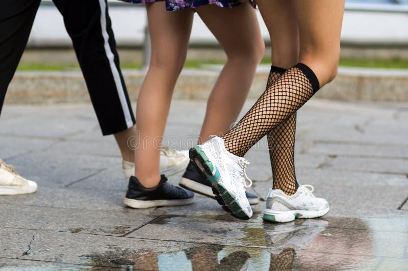 Trois paires de jambes minces de jeunes filles d'ajustement dans la chaussure différente de sport images libres de droits