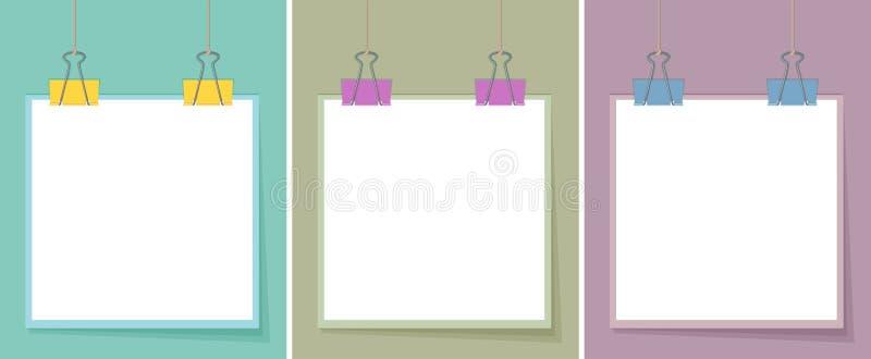 Trois papiers blancs avec différentes couleurs des trombones illustration stock
