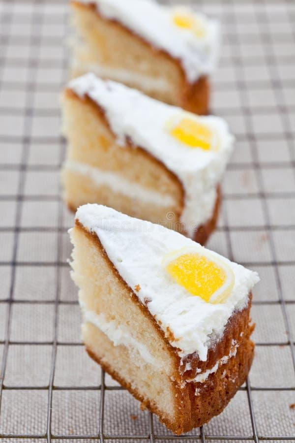 Trois parts de gâteau mousseline délicieux de citron images stock
