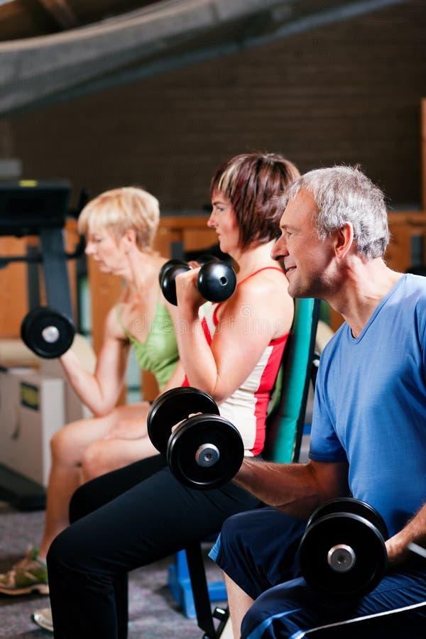 Trois personnes aînées en gymnastique image libre de droits