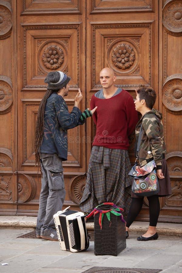 Trois personnes se tenant devant une porte d'appartement images libres de droits