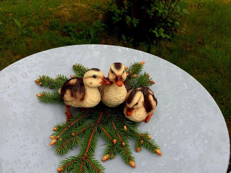 Trois petites extrémités comme décoration sur une table de jardin photographie stock libre de droits