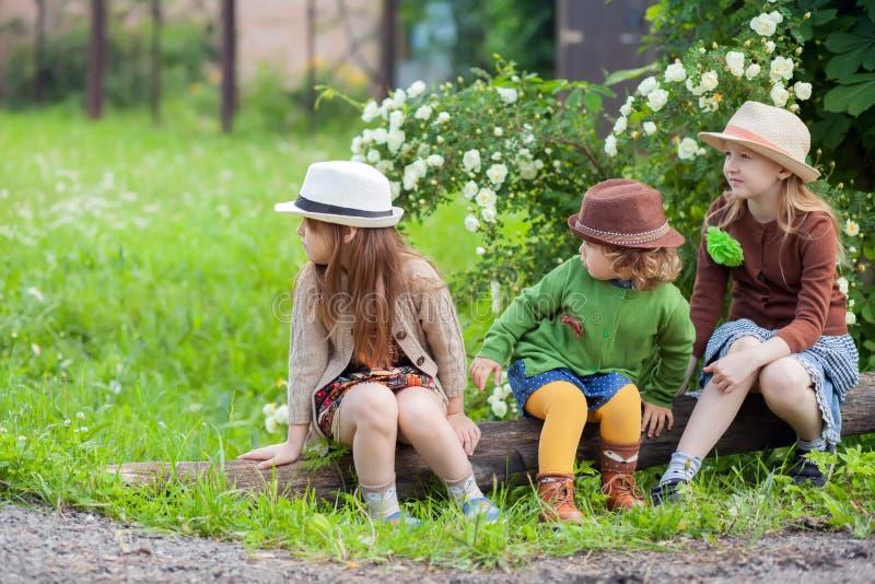 Trois petites filles adorables de soeurs ayant le repos au ranch ensemble photographie stock libre de droits