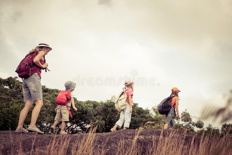 Trois petits enfants et mère dans les montagnes photos stock