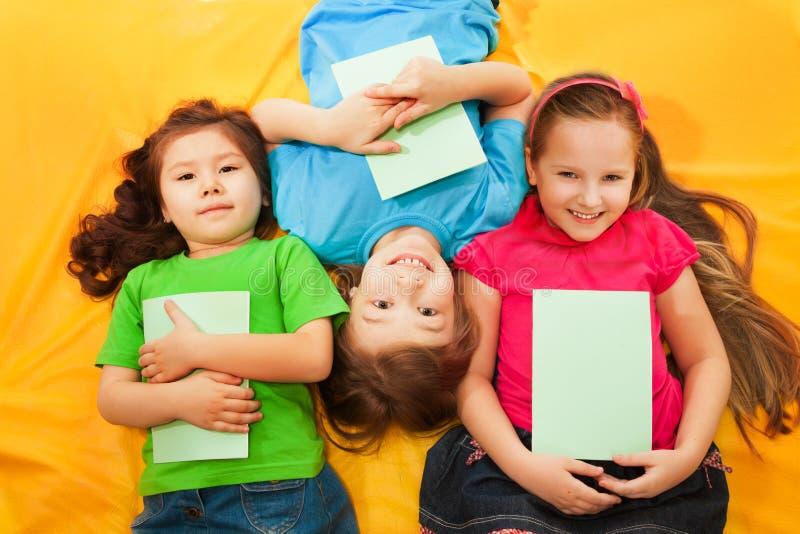 Enfants heureux s'étendant ensemble photo stock