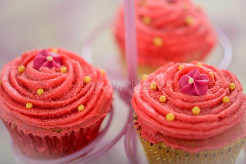 Trois petits gâteaux assez roses de Bollywood photos stock