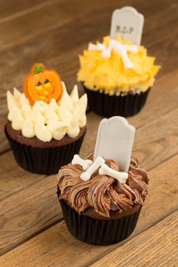 Trois petits gâteaux colorés de Halloween en gros plan images libres de droits