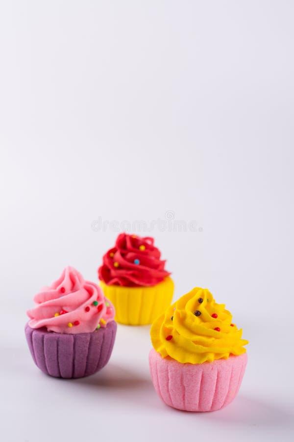 Trois petits gâteaux multicolores miniatures de sucre image libre de droits