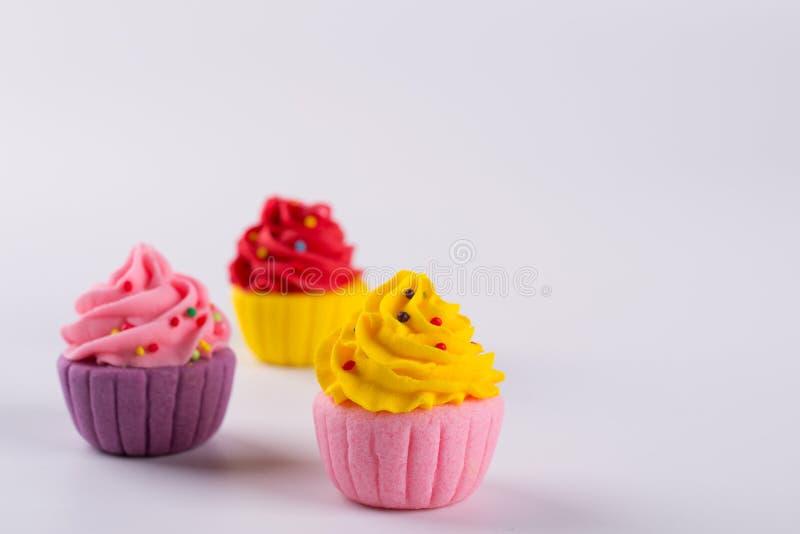 Trois petits gâteaux multicolores miniatures de sucre photographie stock