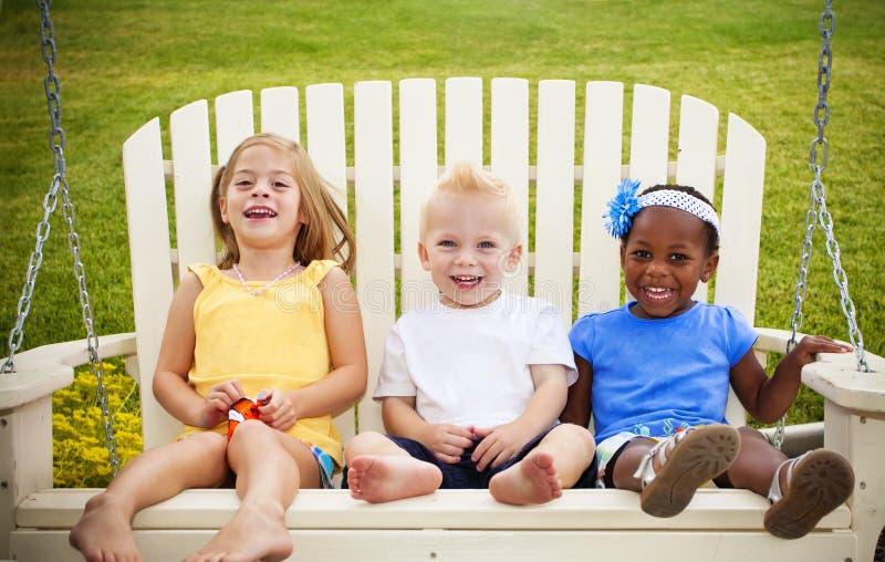 Trois petits gosses heureux photo libre de droits