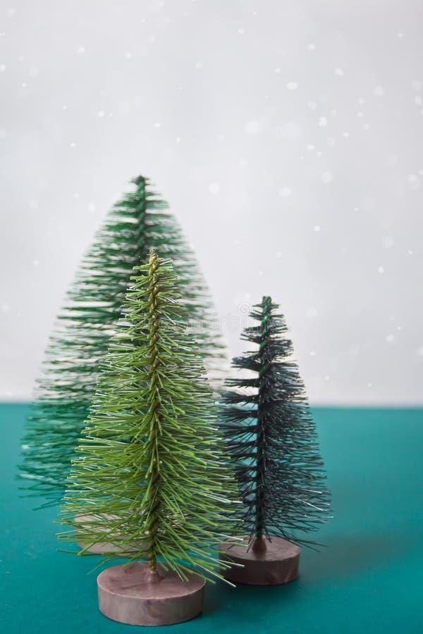 Trois petits jouets de Noël sur la table verte image stock